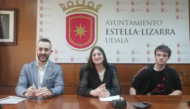 Foto del ex socialista Jorge Crespo, Verónica Ciordia Vargas, secretaria general de JSN suspendida de militancia, e Igor Busto López, secretario de organización de JSN de Estella.