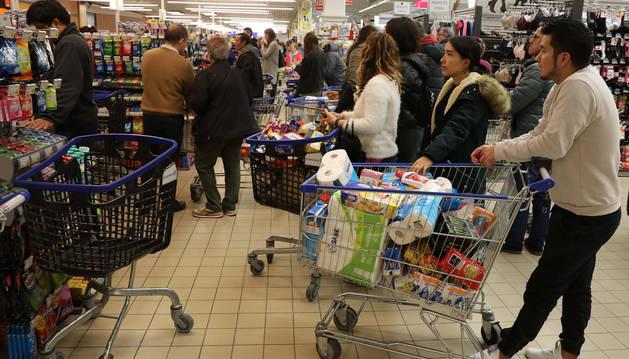 Foto de las colas para pagar y carros repletos, este viernes por la tarde, en el supermercado Leclerc.