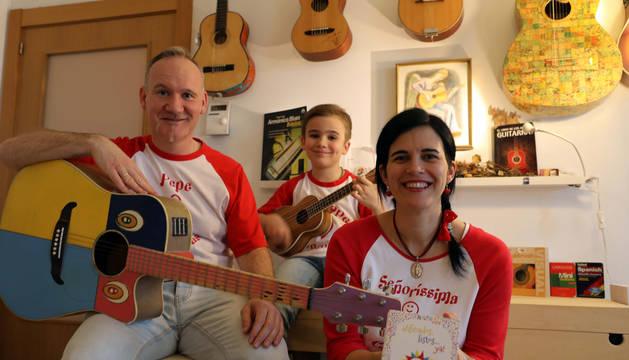 Foto de Hervé Alústiza 'Pepe Melodías', Teresa Gutiérrez de Cabiedes 'Señoríssima Corchea' y el hijo de ambos, 'Giuseppe Bemol' forman la Familia Melodías.