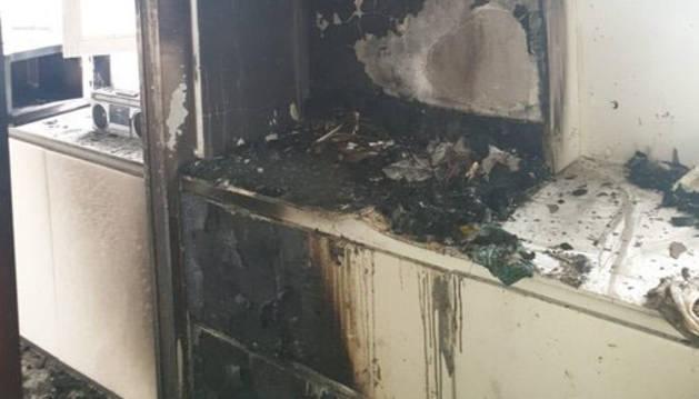 Foto de la cocina de la vivienda afectada por un incendio en la calle Ansoleaga de Pamplona.