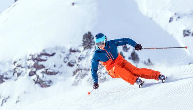 Un esquiador baja por  las pistas de Panticosa-Formigal, una de las estaciones que anunció el cierre.