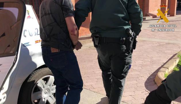 Foto del traslado de un detenido por parte de la Guardia Civil.