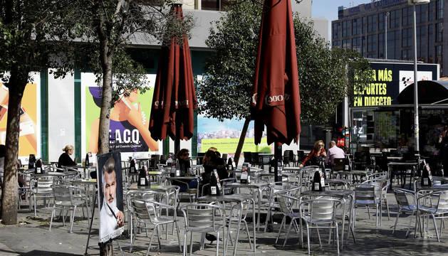 Foto de varias personas en una terraza de Madrid.
