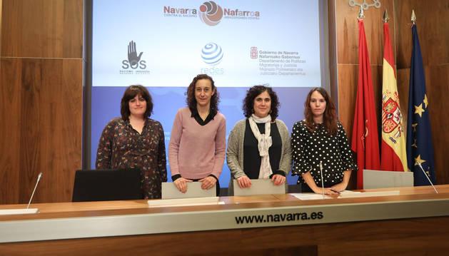 Foto de Beatriz Villahizan, de Sos Racismo; Patricia Ruiz de Izar, directora general de Políticas Migratorias; Idoya Oneka, de la Agrupación CEAR, y Silvia Garcia, de la Fundación secretariado Gitano.