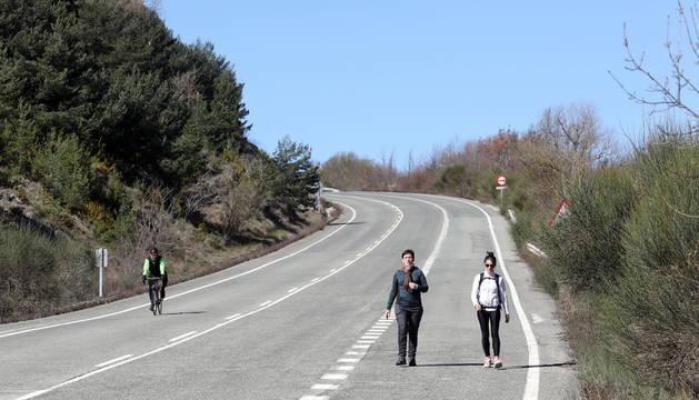 Foto de Garazi Mendiburu y su madre compartiendo carretera hacia Javier junto a un ciclista, al otro lado de la calzada.