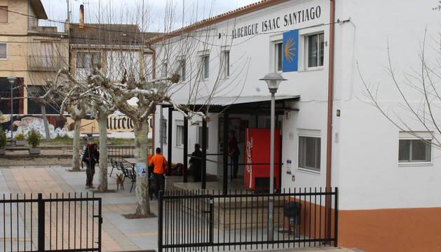 Foto del exterior del albergue Isaac Santiago de Los Arcos junto al que se instalarán las calderas.