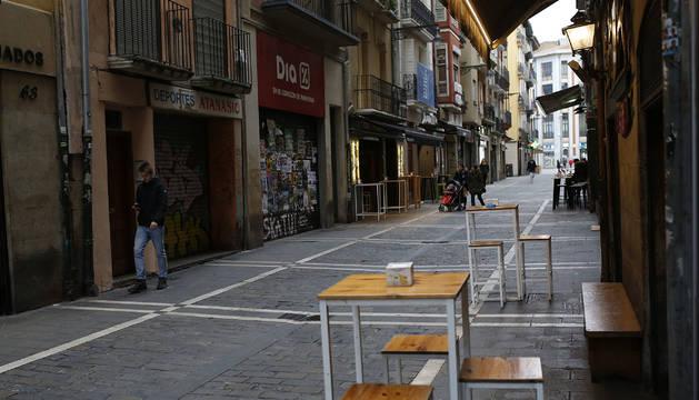 Barres cerrados y la calle Estafeta vacía, este viernes por la noche.