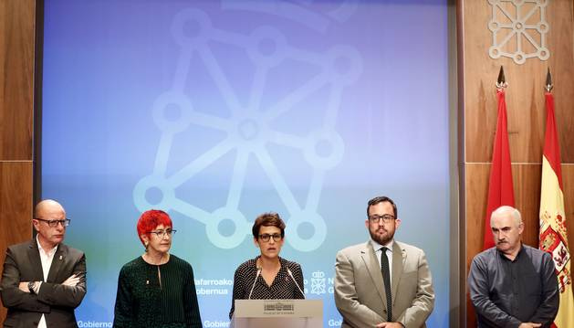 Foto de la presidenta del Gobierno de Navarra María Chivite acompañada por Javier Remirez, Carlos Jimeno, Santos Indurain y José María Aierdi, durante la rueda de prensa de este jueves.