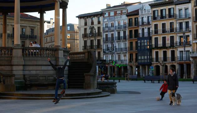 Un joven realiza acobracias con su patinete en la Plaza del Castillo.
