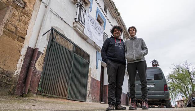 Jordi Carnicer García y Miren Monterrubio Azpilicueta, delante de la vivienda que están rehabilitando como albergue en Villatuerta con capacidad para 16 personas.
