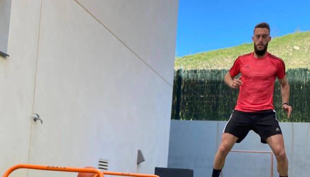 Roberto Torres entrenando en el jardín de su domicilio.