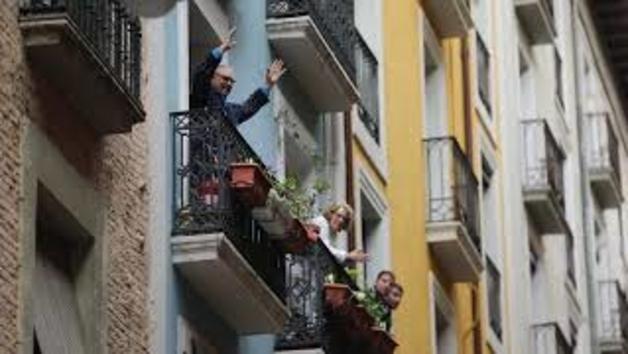 Vecinos de Pamplona cantan el Riau Riau en los balcones