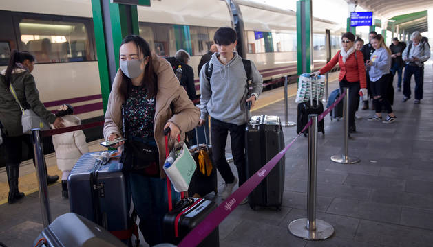 Foto de los japoneses Ryo Nagoshi y Suki Keya antes de montarse en el tren dirección Madrid.
