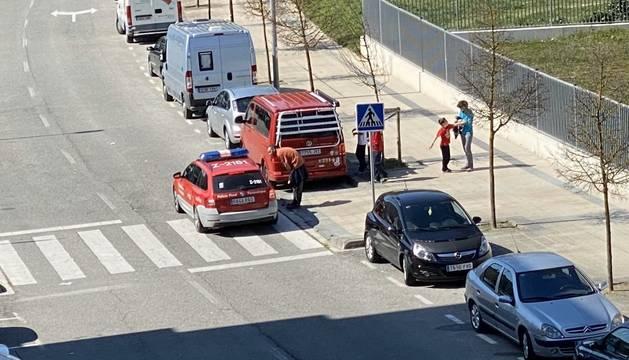 Imagen de efectivos de Policía Foral informando a ciudadanos de las medidas.