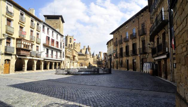 Foto de la plaza Carlos III de Olite, con el Palacio Real al fondo, totalmente vacía el pasado domingo a mediodía.