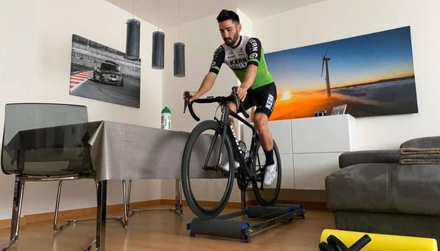 Enrique Sanz, ciclista navarro del Kern Pharma, se ejercita sobre el rodillo en su casa de Orkoien.