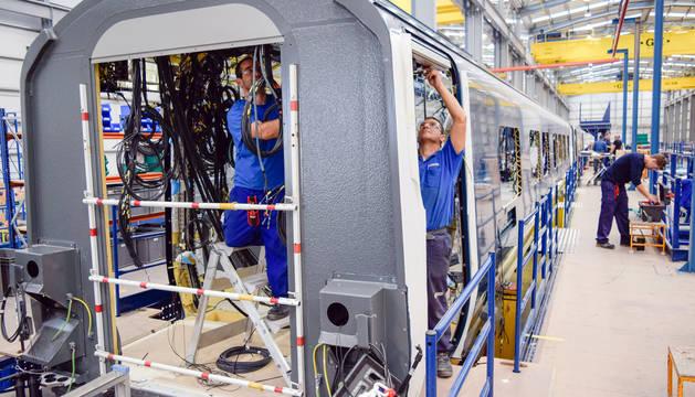 Foto de varios operarios trabajando en el montaje de un vagón en las instalaciones de Trenasa Castejón en una imagen de archivo.