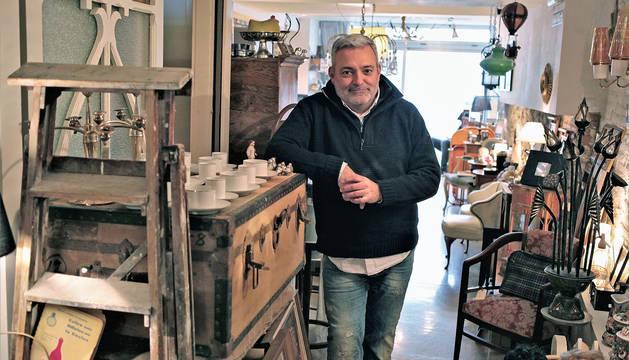 José Javier García, sueño de Le Bulon, en la calle Del Carmen, junto al juego de café que era idéntico al de su tía Berta.