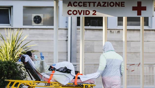Una paciente hace la señal de la victoria a la entrada del hospital Gemelli, en Roma.
