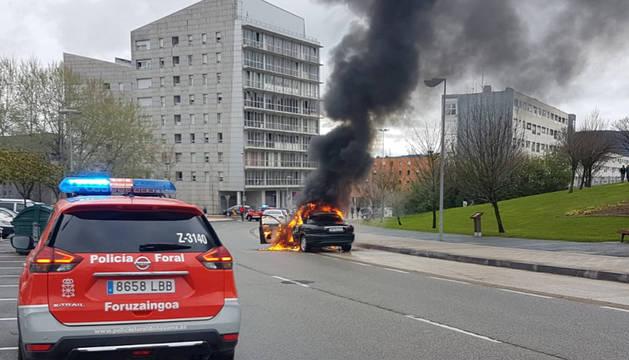 Foto de un coche ardiendo en Mendillorri.