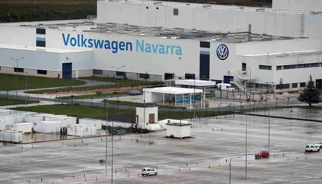 Imagen del aparcamiento de Volkswagen Navarra completamente vacía de vehículos de los trabajadores de la planta que ha cancelado su actividad industrial.