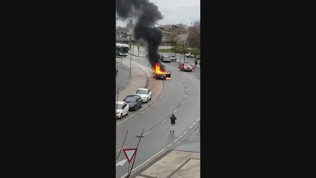 Vídeo de un coche ardiendo en Mendillorri
