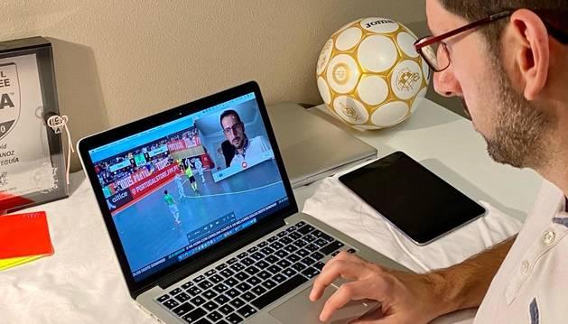 El árbitro de fútbol sala David Urdánoz prepara una tele-información en su domicilio.