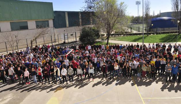 Estudiantes del IES Ribera del Arga de Secundaria y Bachillerato posaron para la fotografía en el patio del centro educativo.