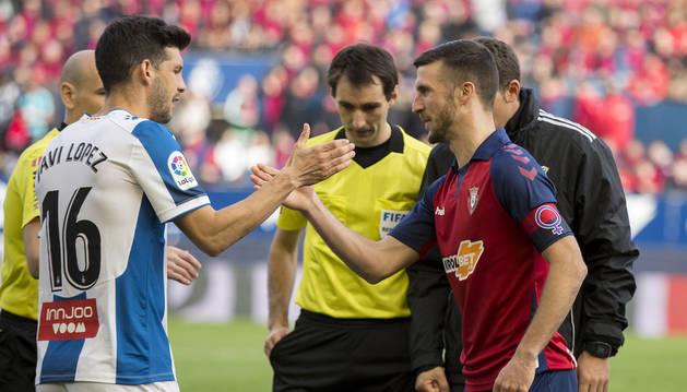 Los capitanes del Espanyol y de Osasuna, Javi López y Oier Sanjurjo, se estrechan la mano en el partido del pasado 8 de marzo.