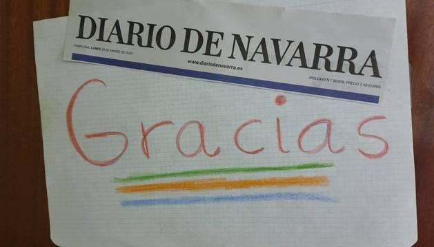 Cartel que dejó una suscriptora del periódico a la repartidora que día a día le lleva el ejemplar.