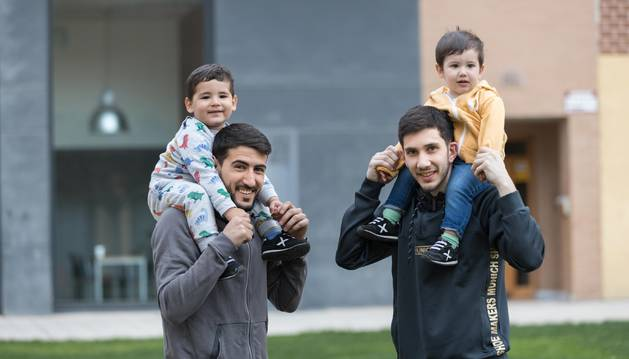 A la izquierda, Alejandro Lemine Luque con su hijo Alejandro Lemine Font, y a la derecha, Lucas Tripodi, con su pequeño Juan Román Tripodi Crego.