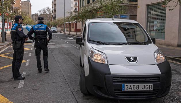 Policía Municipal en el Andén de Estella controla el paso de vehículos.