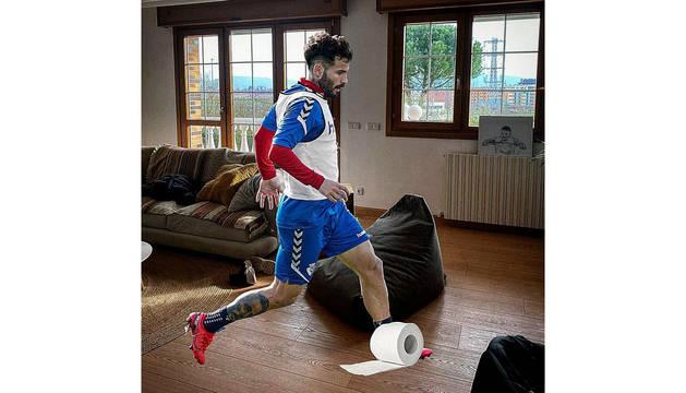 Como broma, el jugador de Osasuna ha publicado un fotomontaje en el que sale en su casa controlando con el pie un rollo de papel higiénico