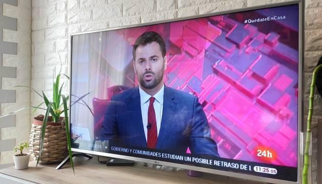 Foto de una televisión encendida durante la cuarentena.