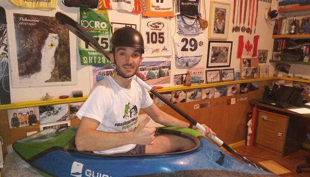 El pamplonés Ander de Miguel posa con el kayak encima del colchón de su cama. Será su nuevo lugar de trabajo durante un tiempo.