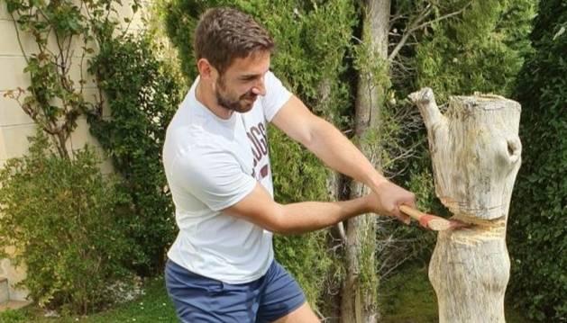 Nico Quijera la toma contra un árbol de su casa en Zulueta.