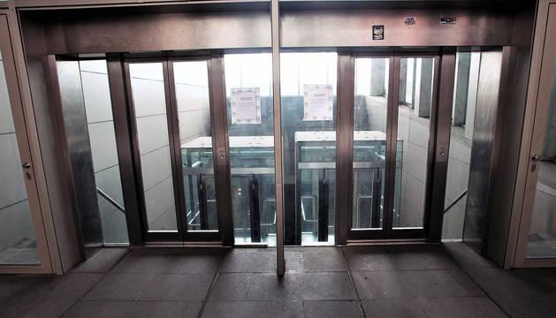 El cierre del ascensor urbano de Descalzos obliga a los vecinos a tener que utilizar otros caminos de subida.