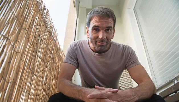 Mikel G. Otamendi, en el balcón de su casa, en el barrio pamplonés de San Juan.