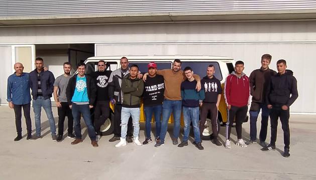 Los jóvenes que han realizado el ciclo de chapa y pintura delante de la furgoneta preparada como proyecto final del curso.