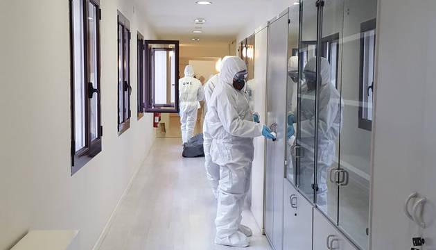 Foto de labores de desinfección en la sede de la Delegación del Gobierno por parte de la UME ante el coronavirus.