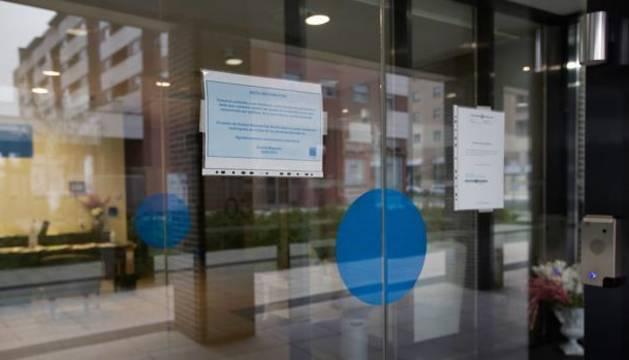 Foto de información sobre el coronavirus en la puerta de un hospital.