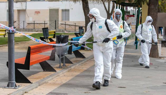 Miembros de la UME desarrollando labores de limpieza en Lucena del Puerto (Huelva).