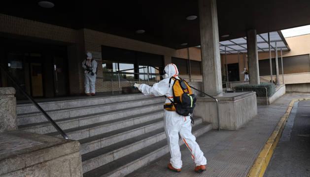 Foto de personal de Protección Civil en labores de desinfección en Tudela por el coronavirus.
