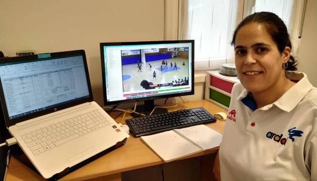La entrenadora ayudante del Osés Construcción Ardoi, Garazi Misiego, en su casa, con dos pantallas de ordenador ocupadas por el baloncesto.