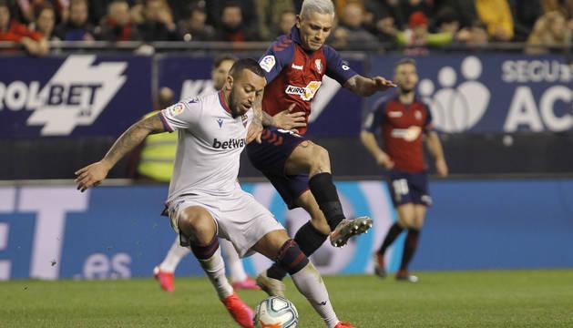 El Chimy Ávila presiona a Rubén Vezo, del Levante, en la jugada de la grave lesión de rodilla que se produjo el 24 de enero.