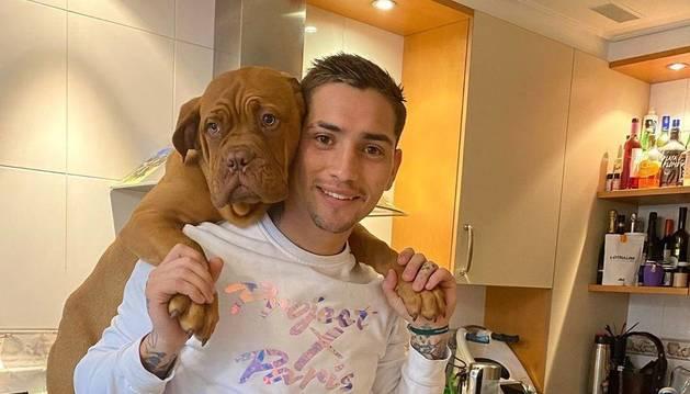 El Chimy Ávila, confinado en casa, no pierde la actitud positiva ante todo. En la foto, en la cocina junto a su perra Luna.