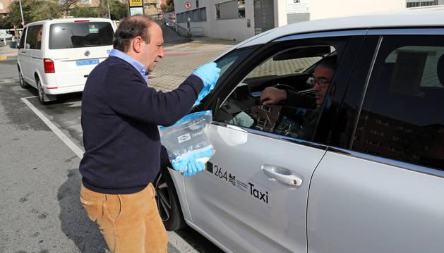 """Juanjo Etxeberria conversa con otro compañero taxista en una de las paradas del complejo hospitalario de Navarra, """"la más movida"""" estos días."""