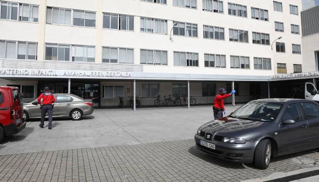 Policía foral, este viernes, en el acceso a la maternidad del Complejo Hospitalario de Navarra.