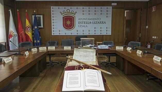 El salón de sesiones de Estella, el 15 de  junio preparado para la toma de posesión de Gonzalo Fuentes.