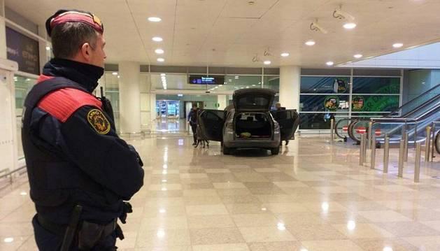 foto de Dos detenidos por entrar con su vehículo al interior del Aeropuerto de Barcelona